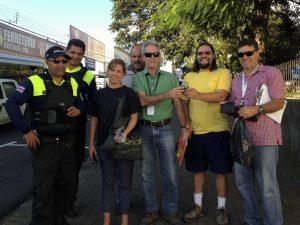 El equipo del decomiso conformado de derecha a izquierda por oficiales de la Fuerza Pública, Maike Heidemeyer de Pretoma, Edwin Arguedas y Carlos Gonzales del Minae, el ambientalista Claudio Quesada y Roberto Mora del Minae.